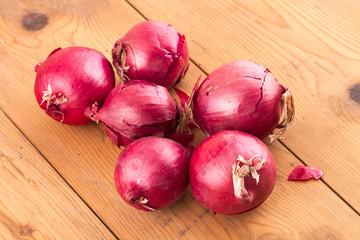 Cipolle rosse sul tavolo