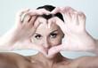 jeune femme amoureuse mains en coeur