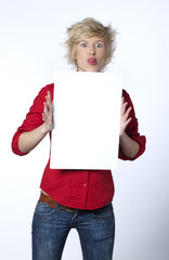 jeune femme tirant la langue montrant un panneau blanc