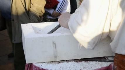 Escultor tallando mármol
