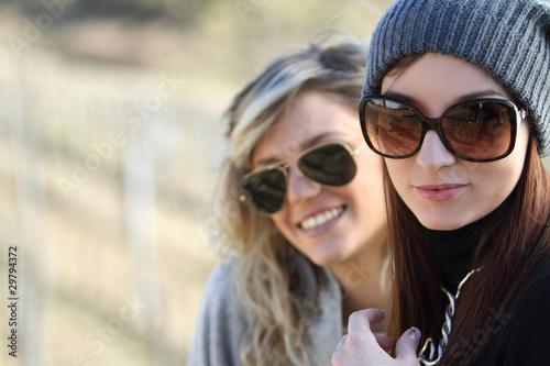 due ragazze con occhiali da sole