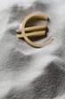 symbole de l'euro focus dans le sable