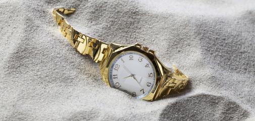 montre bijou mode perdue dans le sable