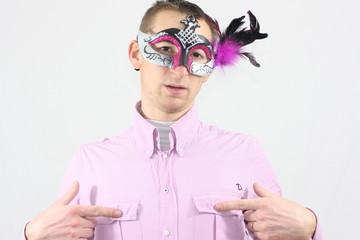 Homme masqué qui se touche les tétons