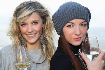 belle ragazze sorseggiano del vino bianco