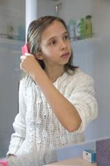 jeune fille qui se coiffe le matin