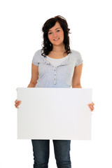 Junge Frau hält weiße Tafel / extra copy space