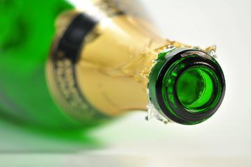 leere Sektflasche liegt auf dem Boden