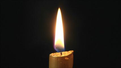 свеча на черном фоне