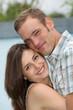 verliebtes, junges Paar eng umschlungen