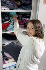 jeune adolescente qui range ses habits