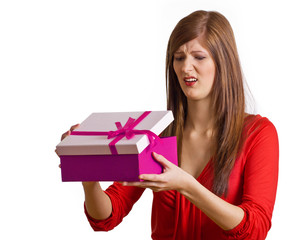 Frau öffnet schlechtes Geschenk