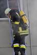 Feuerwehr legt leiter an brennendes Gebäude