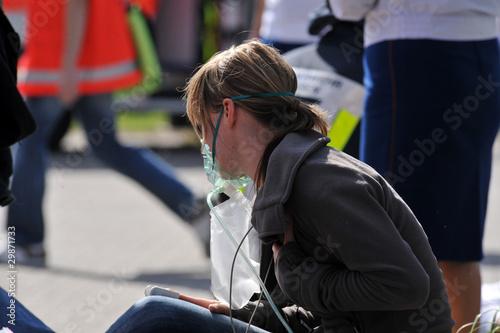 Leinwanddruck Bild Verletzte Person mit Atemmaske
