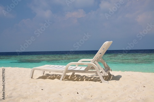 liegestuhl am strand mit meerblick auf den malediven von schokolaune lizenzfreies foto. Black Bedroom Furniture Sets. Home Design Ideas