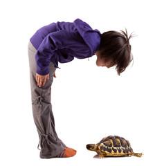 bambina curiosa che guarda una tartaruga