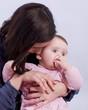 calin entre une fillette de 8 mois et sa maman