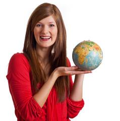 Frau mit Globus freut sich auf Urlaub
