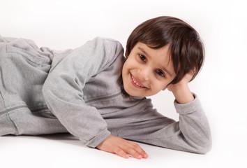 bambina sdraiata sorridente