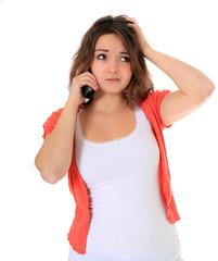 Junge Frau telefoniert mit ratloser Mimik