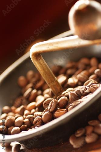ziarna-kawy-w-mlynek