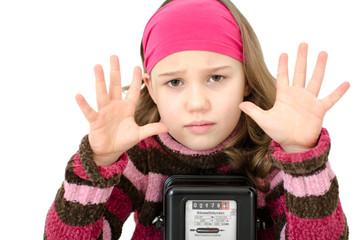 Trauriges Mädchen am Stromzähler