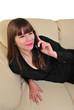 eine junge mit einem mobilen Telefon