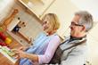 Ehemann schaut Frau beim Kochen zu