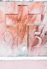 Heller Stein mit Gravur Kreuz neun fünf Hintergrund