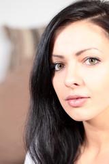 Hübsche junge Frau seitenansicht