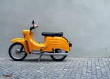 Żółty Motocykl przez Grey Concrete Wall