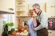 Seniorin lässt Kohlrabi kosten