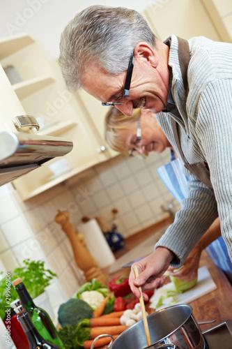 Zwei Senioren beim Kochen