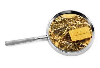 gioielli d'oro sotto lente d'ingrandimento