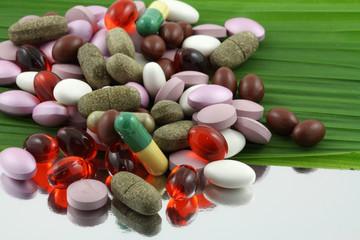 cachets, comprimés, gélules et capsules sur palme verte