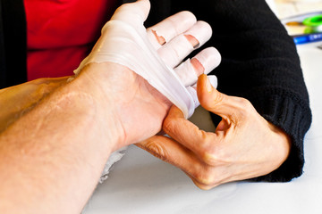 hand physiotherapy to recover a broken finder