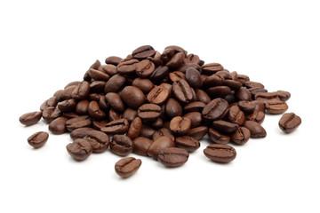 varios granos de café sobre fondo blanco