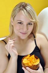 Junge Frau mit Chips