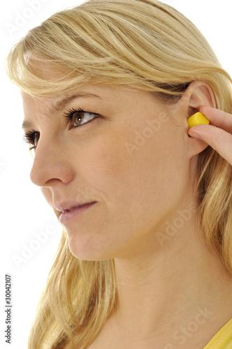 Junge Frau mit Ohrstöpsel