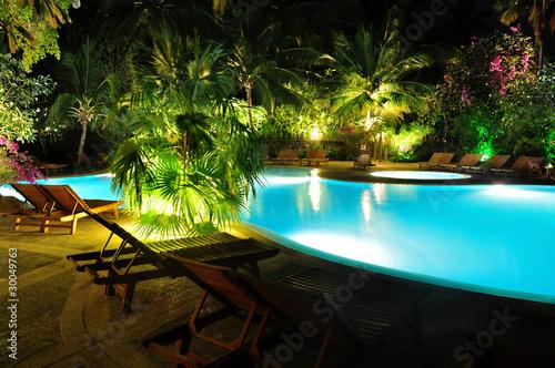 Leinwanddruck Bild Malediven - Swimming Pool bei Nacht