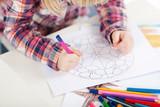 Fototapety mädchen malt ein mandala