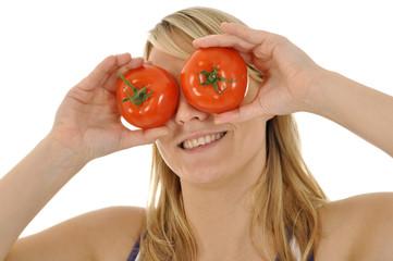 Frau mit Tomaten auf den Augen