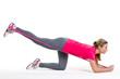junge frau trainiert die bein und po muskulatur