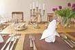 Festlich gedeckter Tisch mit Tulpen und Kerzenhalter