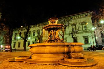 Piazza Fontana e Palazzo Arcivescovado di notte a Milano, italia