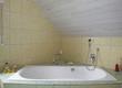 Badezimmer in einem Einfamilienahus mit großer Badewanne