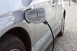 Elektroauto mit Hybridtechnologie an einer Stromtankstelle