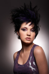 Model mit rockiger Frisur