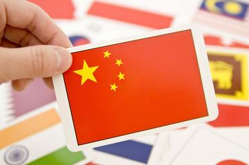 中国の国旗カードを持った手