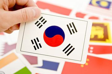 韓国の国旗カードを持った手